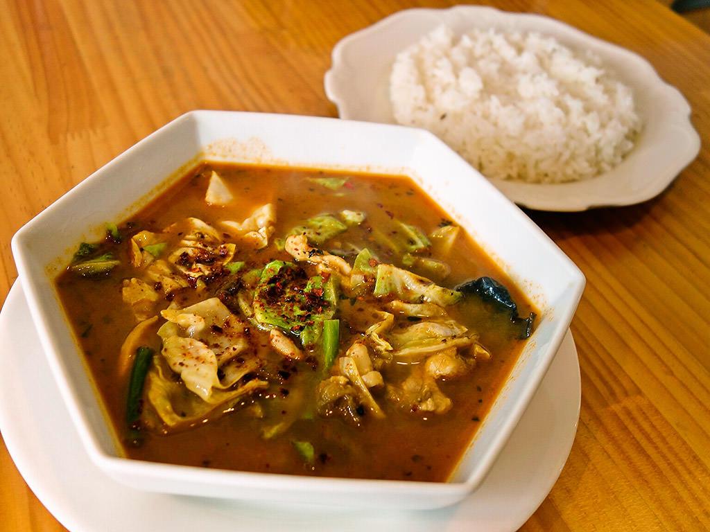 Curry カイエン「チキンキャベツ スープカレー(ランチ限定)」