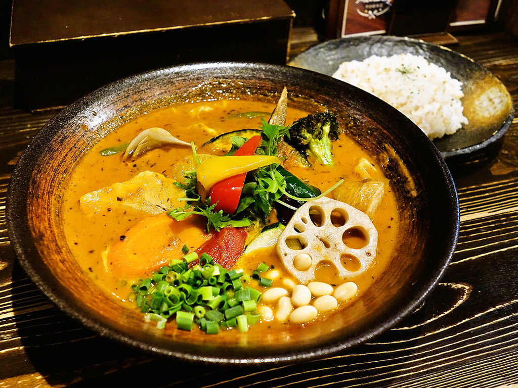 Rojiura Curry SAMURAI. (路地裏カリィ侍.) 平岸総本店「チキン1/2と豚角煮と一日分の野菜20品目」