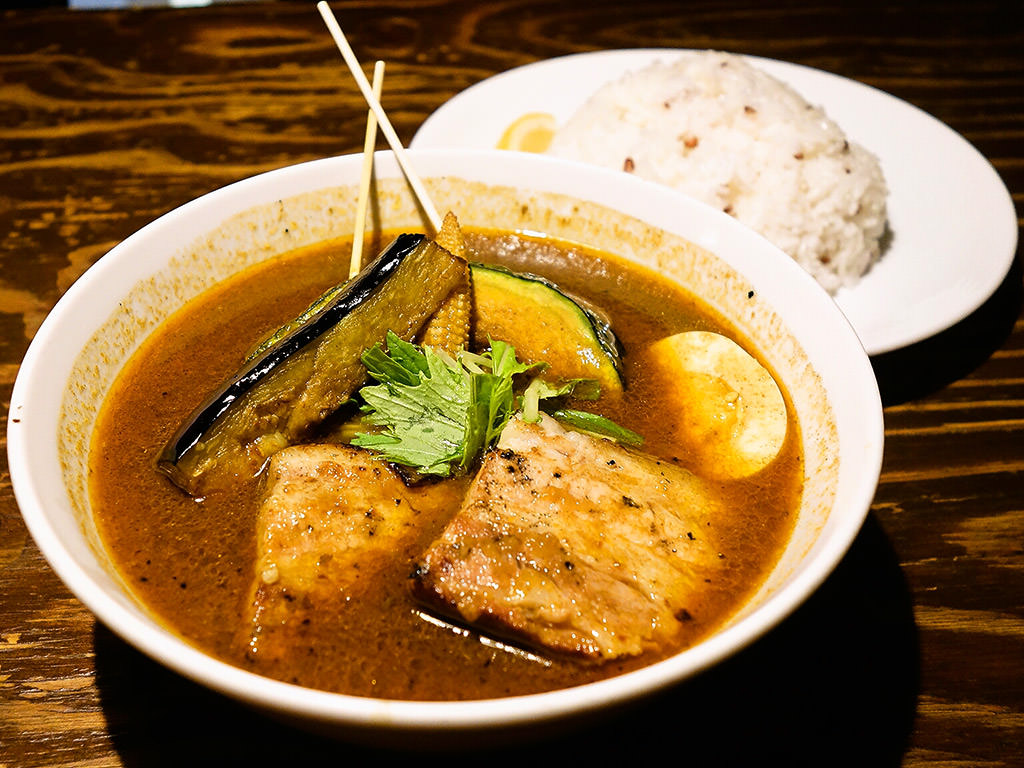 soup curry & dining Suage+(すあげプラス) 本店「ラベンダーポークの炙り角煮カレー」