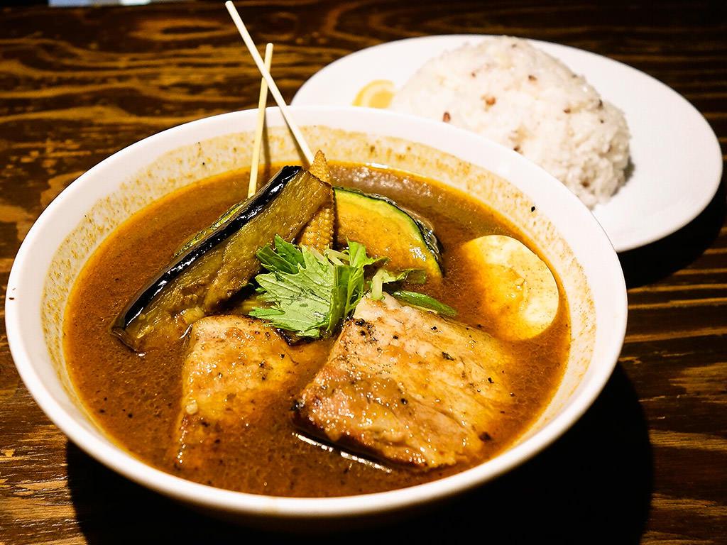 soup curry & bar Suage+(すあげプラス) 本店「ラベンダーポークの炙り角煮カレー」