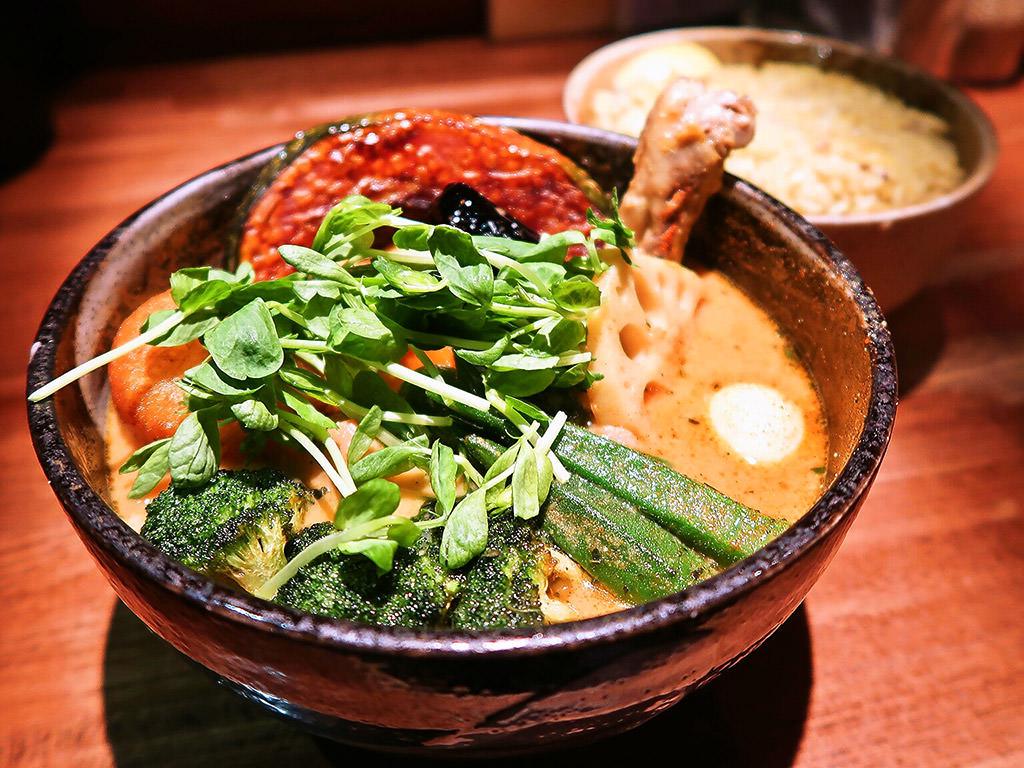 スープカリー イエロー (Soup Curry Yellow)「チキン野菜カリー(+豚角煮・野菜増し)」