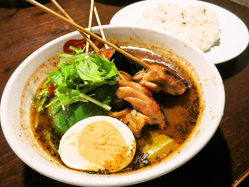soup curry & bar Suage+(すあげプラス) 本店「パリパリ知床鶏と野菜カレー」