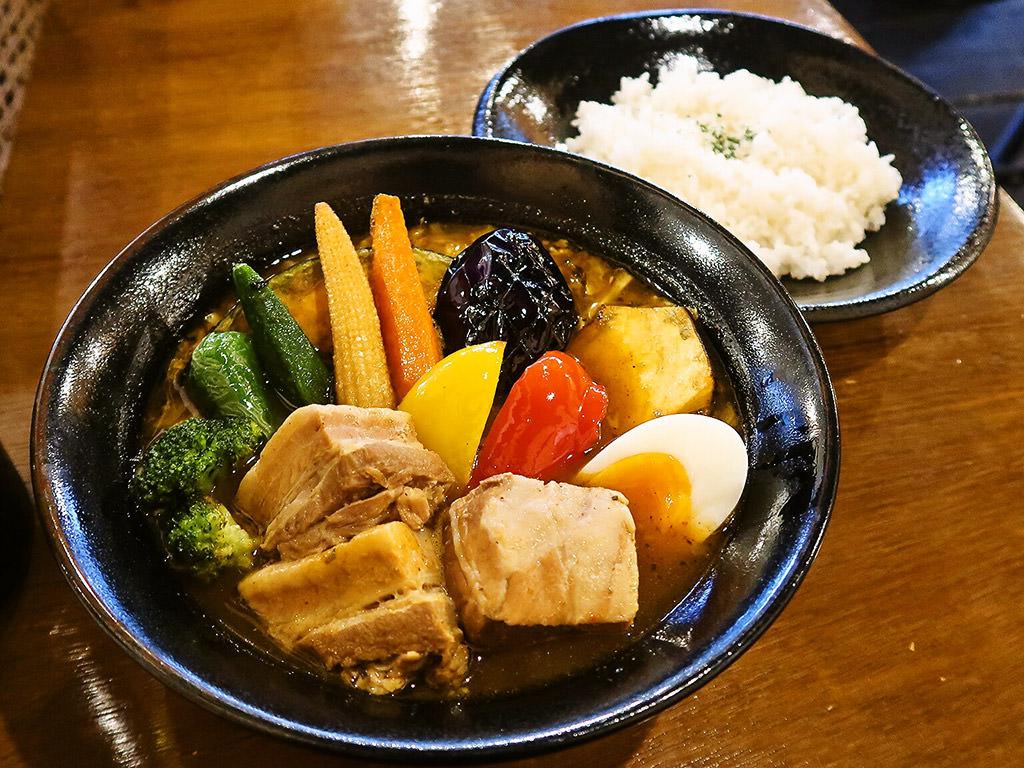 北カフェ sweets & soup curry (中央区・西線9条そばに移転OPEN)「豚角煮と野菜たっぷり」