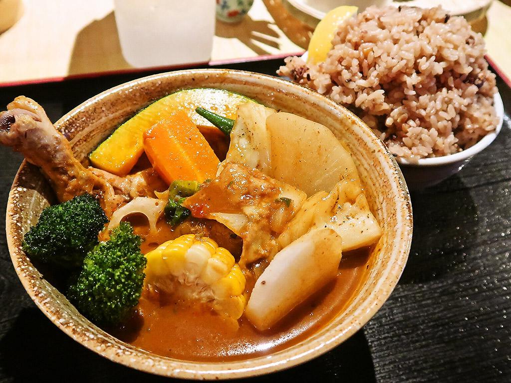 スープカリー 奥芝商店 真駒内 眞栄荘「やわらかチキンと季節の野菜カレー」